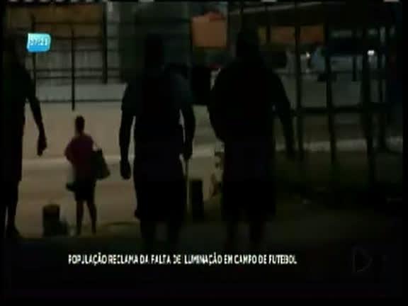 População reclama de falta de iluminação em campo de futebol