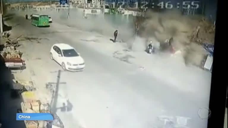 Resultado de imagem para Caminhão desgovernado derruba casas e deixa 5 mortos na China