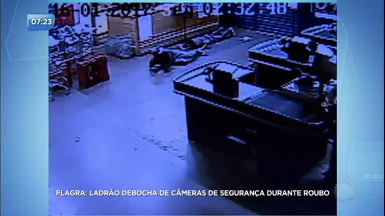 Ladrão debocha das câmeras de segurança durante roubo