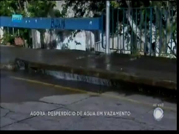 Desperdício de água em vazamento em Nazaré
