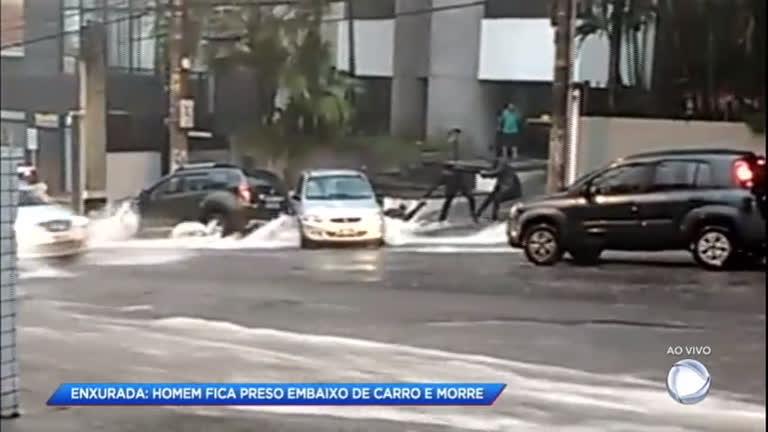 Homem morre afogado após ficar preso embaixo de carro durante enxurrada