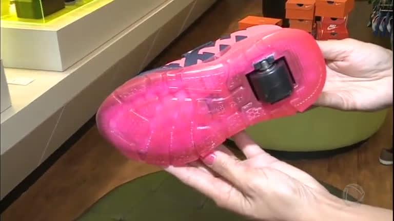 15a79042e2 Saiba os riscos dos tênis de rodinhas para as crianças - RecordTV - R7 Fala  Brasil