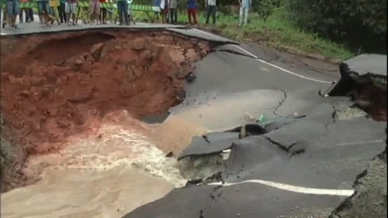 Chuva provoca cratera e interdita trecho de rodovia no Pará