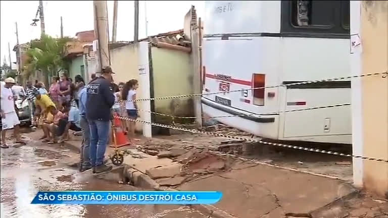 Ônibus invade casa