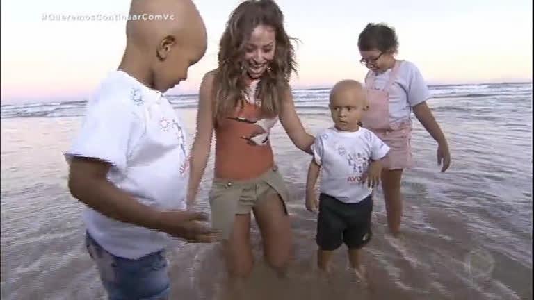 Sabrina leva crianças com câncer para soltar tartaruguinhas no mar