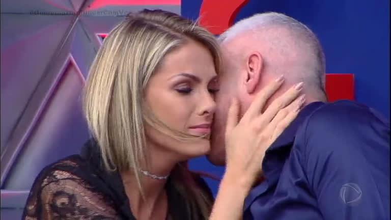 Ana Hickmann chora no palco com declaração de amor do marido