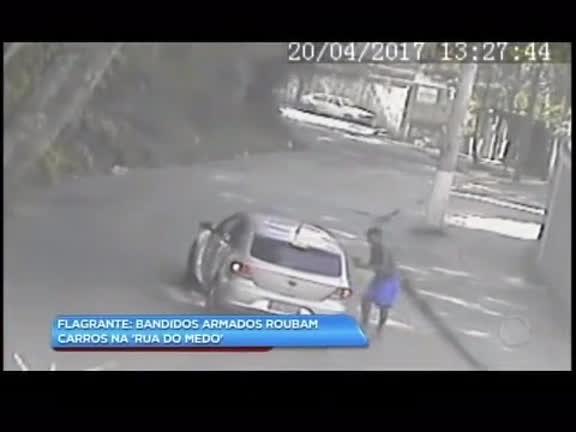 Flagrante: bandidos armados roubam carros na