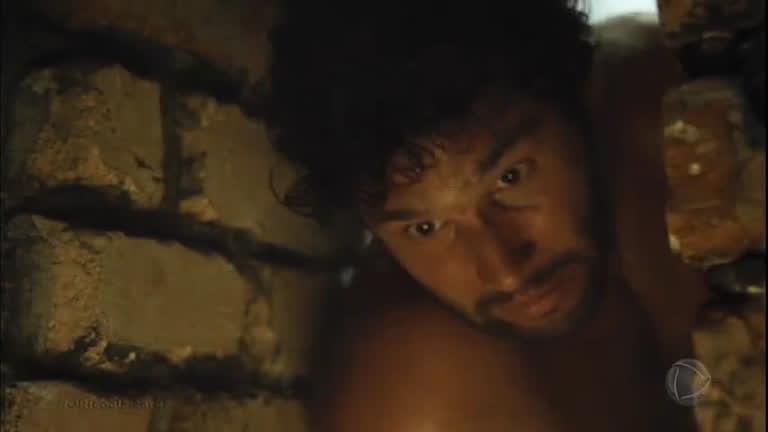 Depois de dias de sofrimento, Asher acorda e tenta fugir do acampamento escravo