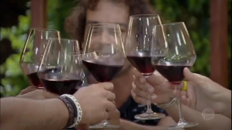 Em jantar especial, Diego e Lorena trocam informações com casais convidados