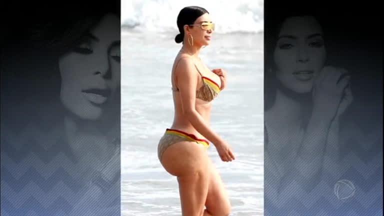 8955b99e2 Kim Kardashian choca internautas ao exibir bumbum com celulite na praia -  RecordTV - R7 Domingo Espetacular