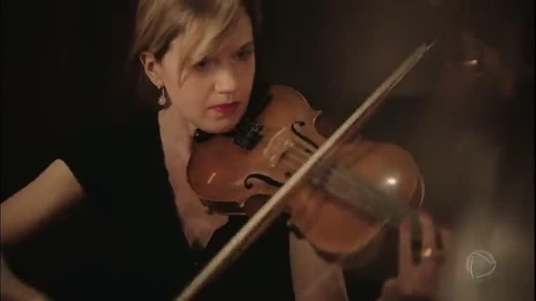 Resultado de imagem para Roupa especial faz com que deficientes auditivos possam sentir a música de uma orquestra
