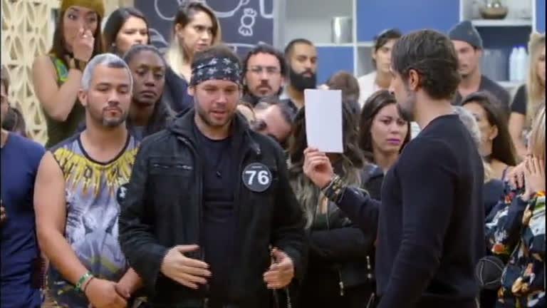 Adriano chora após expulsar 11 colegas de A Casa