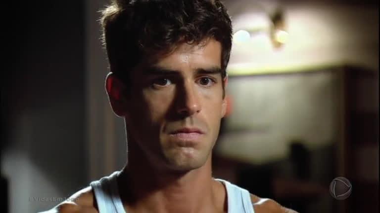 Juliana vê Lucas alucinando e conversando sozinho