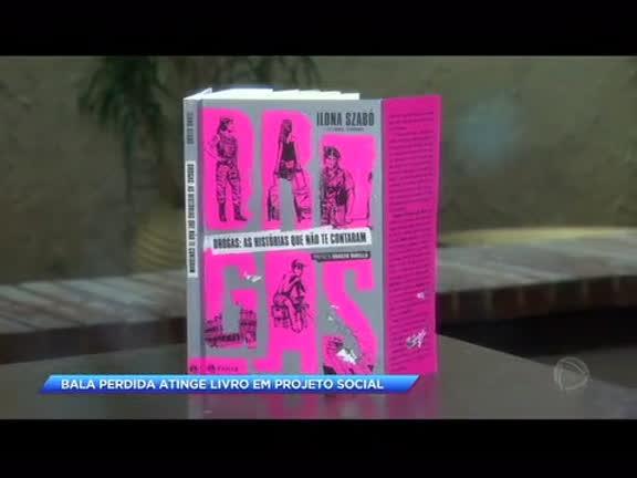 Livro que relata violência em comunidades é atingido por tiro em estante de projeto social para onde foi doado