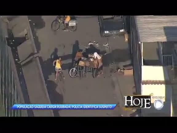 População saqueia carga roubada na comunidade da Palmeirinha,…