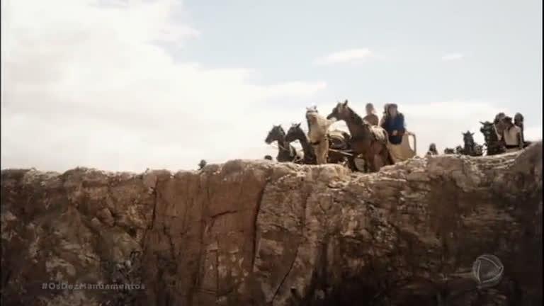 Celebrando o retorno de Moisés, Anrão conta a história de José aos filhos