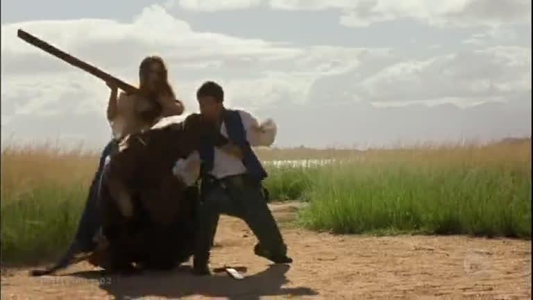 Enrico tenta proteger Pietra, mas acaba sendo salvo pela bela