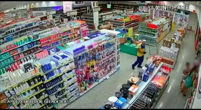 8949b6df7 Homem fotografa partes íntimas de uma mulher em supermercado - Notícias -  R7 Cidades