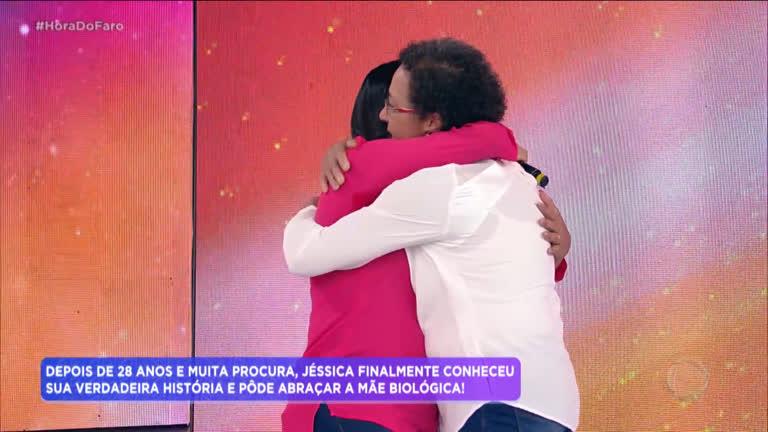 Mãe biológica reencontra filha após 28 anos - R7