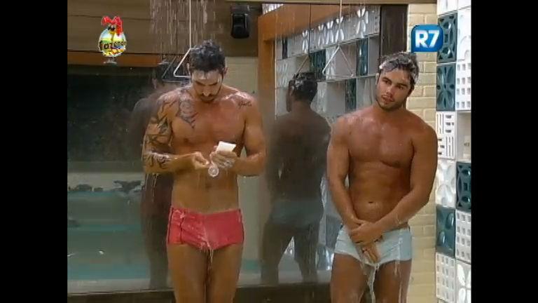 Homens tomando banho juntos