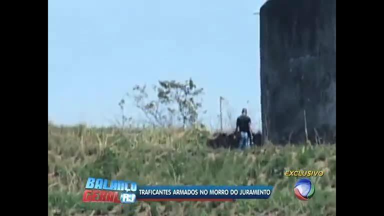 487b3fec46 Flagrante  bandidos usam mata como esconderijo e exibem armas no morro do  Juramento