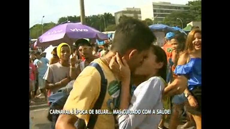 Image result for beijo no carnaval df