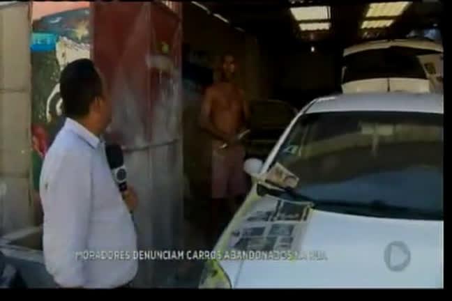 Moradores denunciam carros abandonados na rua