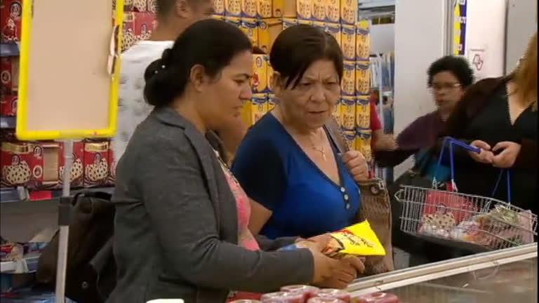 Comerciantes investem em descontos nos produtos de Natal para driblar a crise
