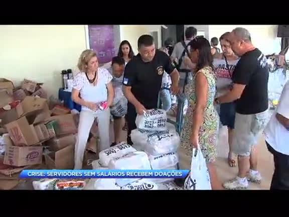 Crise: servidores sem salários recebem doações no centro do Rio