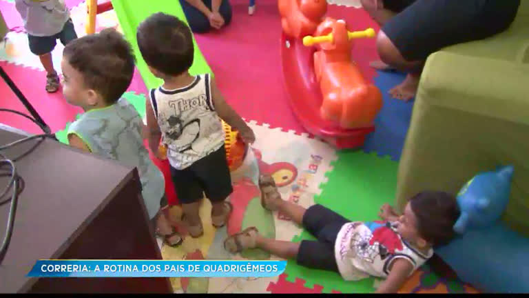 Pais de quadrigêmeos mostram esquema de organização para cuidar dos filhos