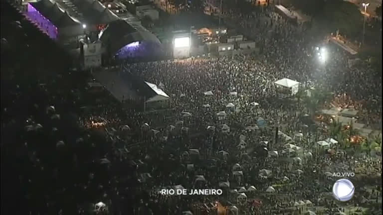 Cariocas e turistas chegam cedo a Copacabana para garantir um bom lugar na areia