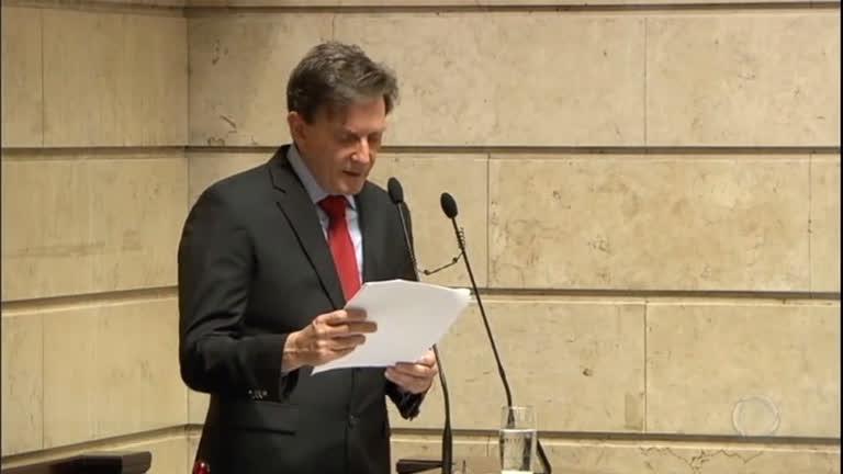 Marcelo Crivella anuncia redução de secretarias durante posse na Câmara Municipal do Rio