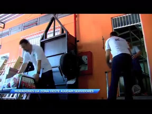 Moradores da zona oeste ajudam servidores públicos com cestas básicas