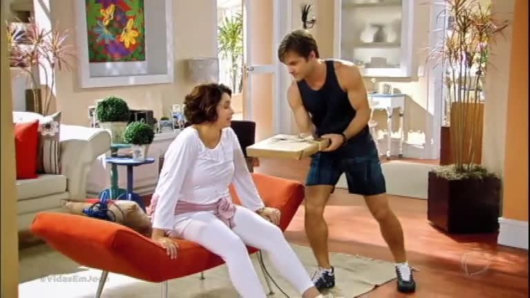 Margarida sai da dieta e é humilhada por Elton