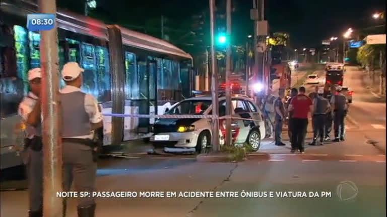 Passageiro morre em acidente entre ônibus e viatura da polícia