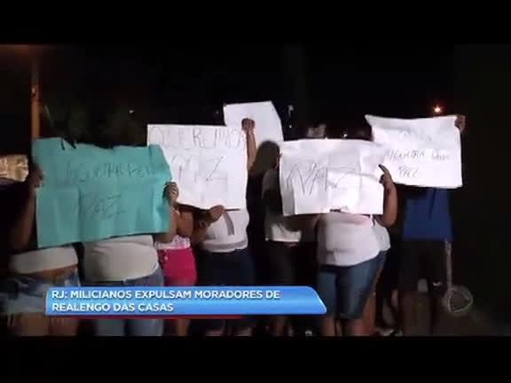 Moradores de Realengo protestam após serem expulsos de casa por milicianos