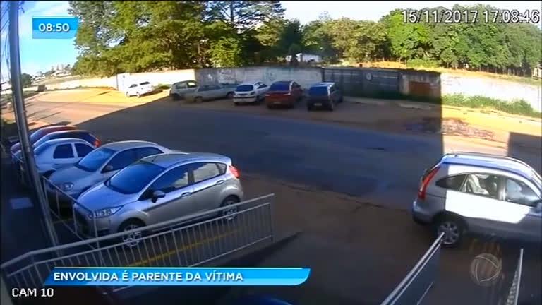 Trio invade prédio e leva carro de família