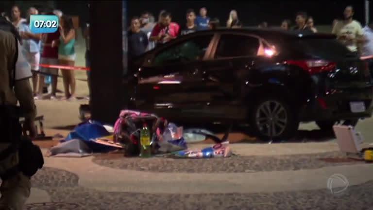 Carro invade calçadão de Copacabana e atropela 17 pessoas