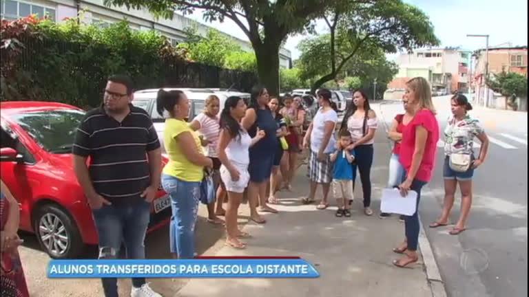 Mães reclamam da dificuldade no transporte após alunos serem transferidos para escola distante