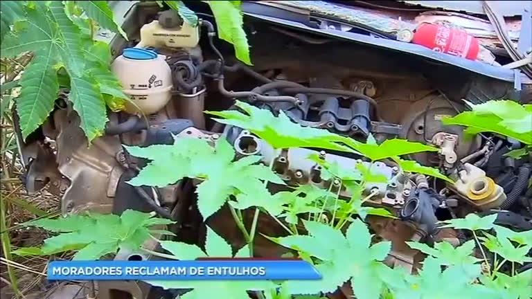 Lixo acumulado deixa moradores de Vicente Pires preocupados com a dengue