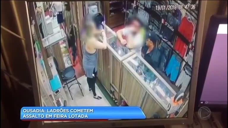 Ladrões cometem assaltos em feita de eletrônicos lotada