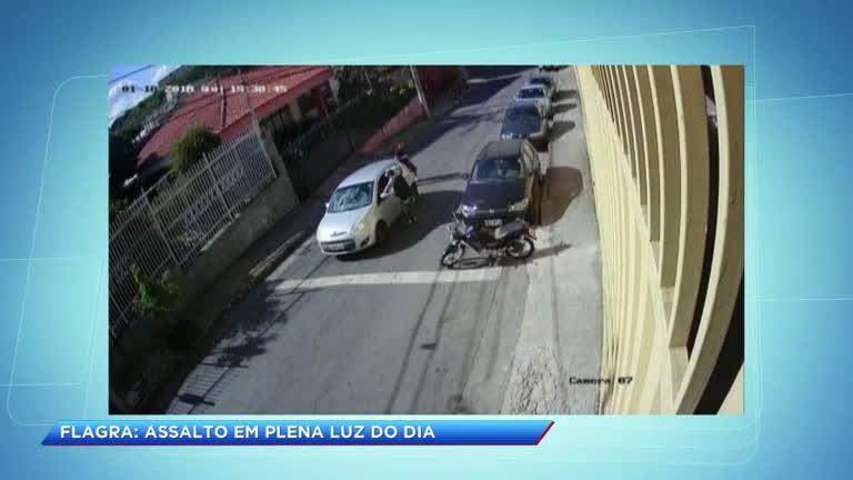 Dupla rouba carro no Padre Eustáquio, em BH