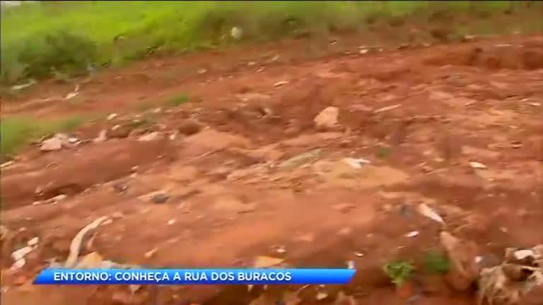 Moradores reclamam de buracos em rua de Águas Lindas de Goiás (GO)
