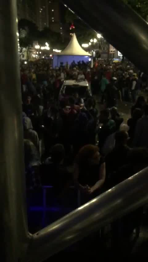 Carro da polícia é depredado na Virada Cultural