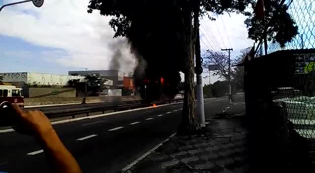 Caminhão pega fogo na zona leste de São Paulo neste sábado (23)