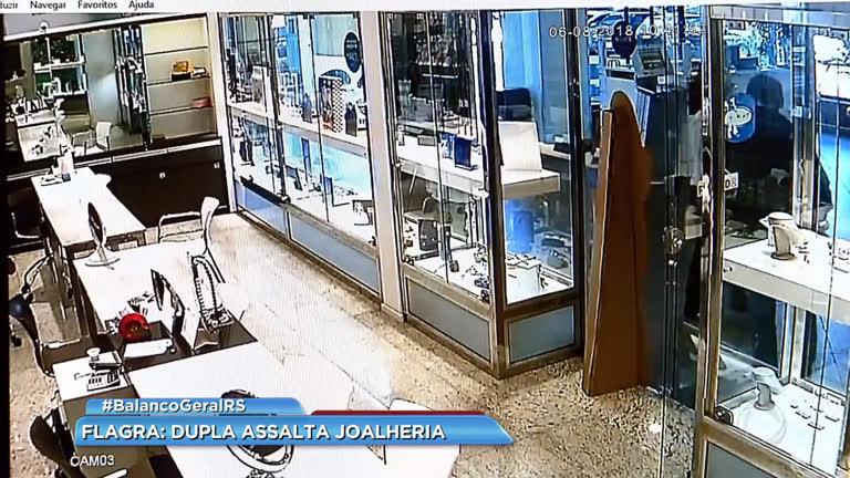 65131ae8311 Flagra  dupla assalta joalheria - Record TV RS - R7 Balanço Geral RS