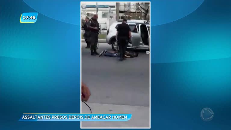 Dois assaltantes são presos após roubo na Taquara - Rio de Janeiro - R7 RJ  no Ar 9fcb3177c7496