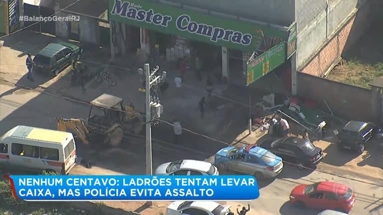 f87656e52 Suspeitos usam retroescavadeira para roubar caixa eletrônico em Nova Iguaçu