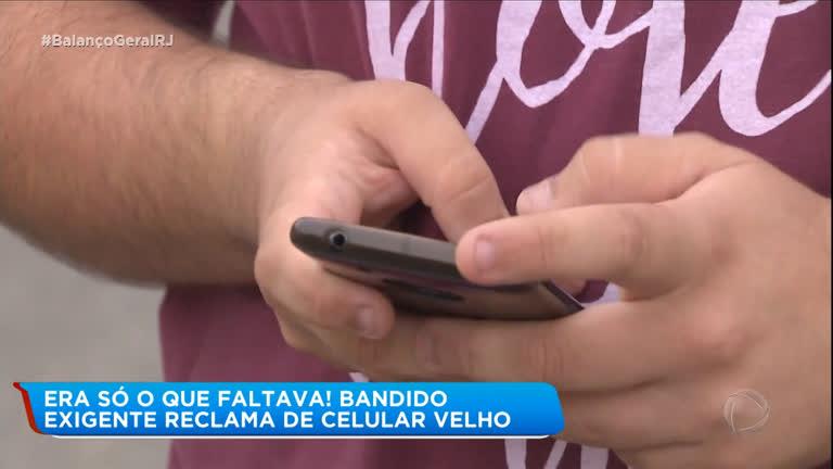 Assaltante exigente reclama de celular velho