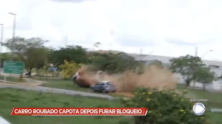 Carro roubado capota depois de furar bloqueio - Minas Gerais - R7 Cidade  Alerta 94396756acba3